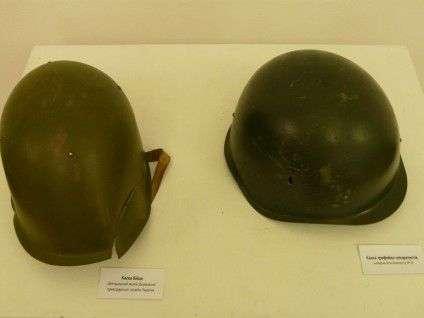 Зліва  каска учасника АТО, справа - каска сепаратиста