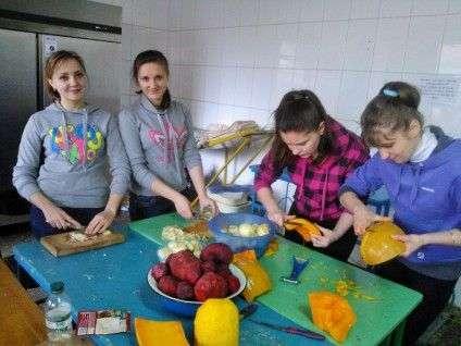 У вільний час молодь гуртом готує укропський сухпай
