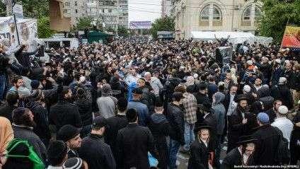 Вдень напередодні свята вулиця Пушкіна, головне місце паломництва хасидів, заповнена людьми