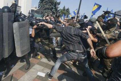 Demonstrators, who are against a constitutional amendment on decentralization, clash with police outside the parliament building in Kiev, Ukraine, August 31, 2015. Ukraine's parliament voted on Monday for constitutional changes to give separatist-minded eastern regions a special status - but divisions in the pro-Western camp and violent street protests suggested the changes would face a rougher ride to become law. REUTERS/Valentyn Ogirenko