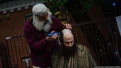 Таким чином хасиди роблять собі традиційну зачіску