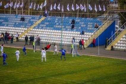 """""""Рєспубліканскій футбольний союз ДНР"""" написав на своєму сайті, що фінал їхнього кубка прийшло подивитися 2,5 тис. глядачів і проілюстрував це фотографіями... порожніх трибун"""