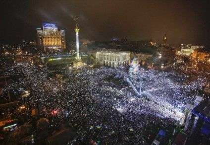 Pro-European integration supporters take part in New Year celebrations in Independence Square in central Kiev, late December 31, 2013. REUTERS/Maxim Zmeyev (UKRAINE - Tags: SOCIETY CITYSCAPE)