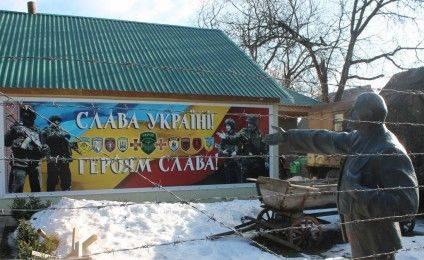 Дорогу до музею слави української зброї вказує скинутий з п'єдесталу Ленін... Фото Олександра Бравади