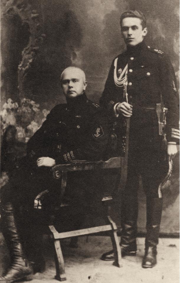 Контр-адмірал Білінський (сидить) зі своїм ад'ютантом