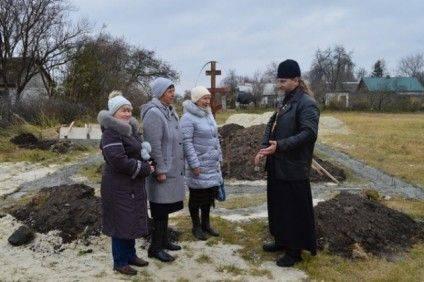 Прихожани Церкви Покрови Пресвятої Богородиці та протоієрей Миколай Теплуха