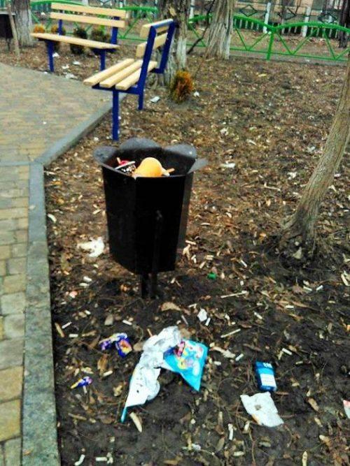 Спортивний майданчик в Умані перетворився на сміттєзвалище (фото ... 5ef12acadd6c3