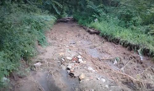 Ями до двох метрів глибиною: на Смілянщині негода знищила дорогу (відео)