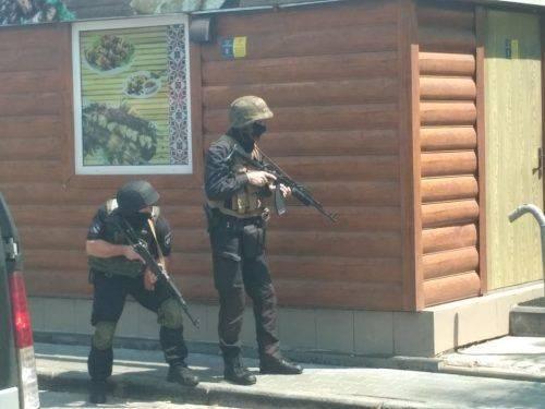 У середмісті Черкас поліція звільняє заручників, чутно постріли (фото)