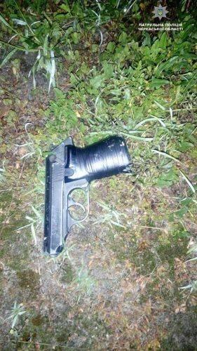 """""""Хлопець дістав пістолет і вистрелив у мене та мого товариша"""", - заявив поліціянтам черкащанин. Ситуація трапилась поруч магазину, уночі 18 липня на вулиці 30-річчя Перемоги. Двоє молодиків, після словесної перепалки, застосували зброю й поранили у живіт і груди потерпілих. Далі, нападники зникли на автомобілі Daewoo у невідомому напрямку. Викликавши бригаду медиків та слідчо-оперативну групу, поліціянти одразу направились на пошуки правопорушників. Згодом, авто в орієнтуванні помітили на вулиці Сумгаїтській. Під час зупинки транспортного засобу, парубок викинув із вікна предмет, схожий на пістолет. Правоохоронці встановили особу нападника, ним виявився 22-річний місцевий житель. При розмові останній зізнався у скоєному та розповів, що потерпілих зустрів близько 1-ї години ночі. Між ними виник конфлікт в ході якого, він дістав травматичний пістолет й зробив три постріли. Іншого учасника події також було затримано та доставлено до міськвідділу. Зараз у справі розбираються слідчі Черкаського відділу поліції"""