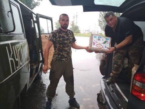 Домашній хліб, смаколики і маскувальні сітки: черкаські волонтери відвідали бійців АТО (фото)