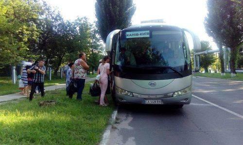 На Черкащині під час руху автобуса виникла пожежа, а потім відпало колесо (фото)