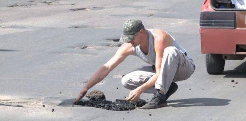 У Смілі чоловік самотужки ремонтує міські дороги