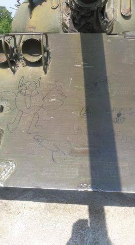Сміття, бур'яни та товчене скло: у Каневі Музей віськової техніки перебуває у вкрай жахливому стані (фото)