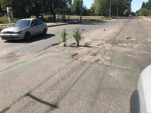 Оригінальні клумби: черкащани прикрасили ями на дорозі (фотофакт)