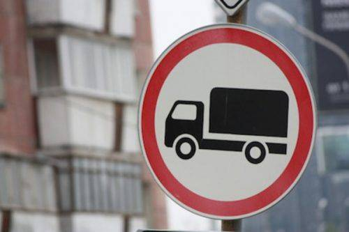 У Мошнах встановлюють заборонні знаки для руху вантажівок