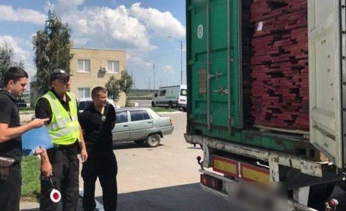 Поблизу Умані виявили вантажівку, яка незаконно перевозила деревину