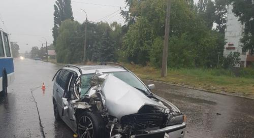 У Черкасах не розминулися автівка та автобус, є постраждалі (фото)
