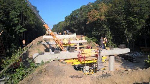 На Уманщині тривають роботи з реконструкції шляхопроводу через залізничну колію (фото)