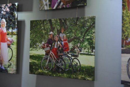 """""""Жіночність: ровер і місто"""": у Черкасах відбулося відкриття виставки відомої фотографині (фото)"""