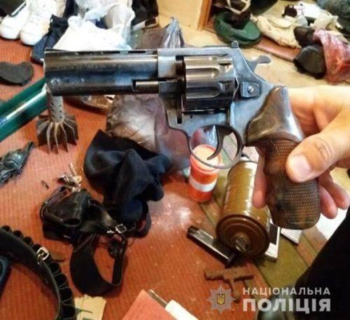 Смілянські правоохоронці вилучили у чоловіка арсенал зброї (фото)