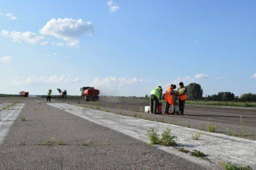 У Черкаському аеропорту триває ремонт злітно-посадкової смуги