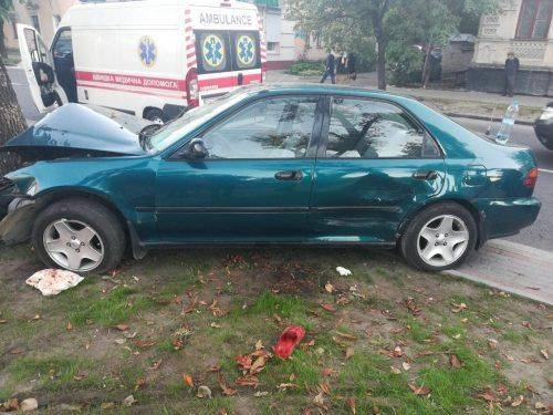 У Черкасах водій Honda влетів у дерево (фото)