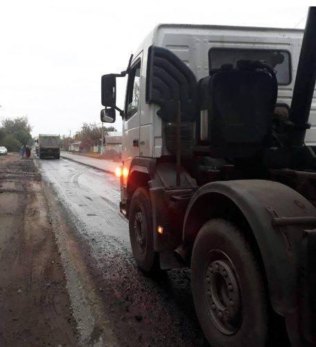 У Мошнах продовжуються роботи із поточного середнього ремонту дороги