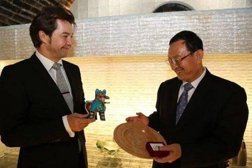 Міністр культури Китаю отримав оригінальний сувенір від черкаської майстрині