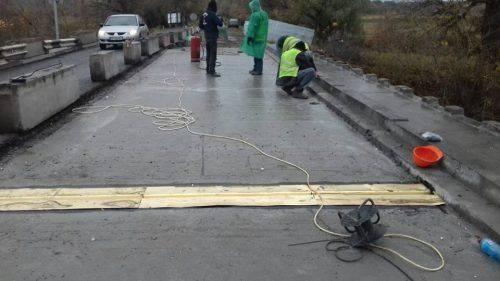На Черкащині встановили монолітну плиту на мосту через річку Рось