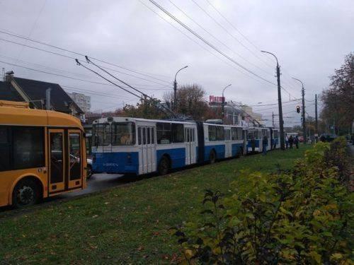 Через ДТП у середмісті Черкас зупинилися тролейбуси (фото)