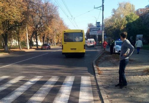 У Черкасах мотоцикліст збив жінку на пішохідному переході і зник з місця аварії