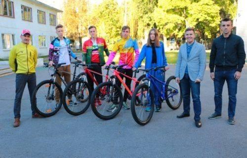 Черкаські спортсмени-триатлоністи отримали новий інвентар для тренувань