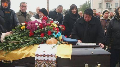 На Черкащині попрощалися із льотчиком, який трагічно загинув під час навчально-бойового польоту (відео)