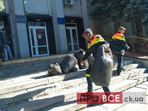 """Черкаські комунальники влаштували """"сміттєву"""" акцію під стінами суду (фото, відео)"""