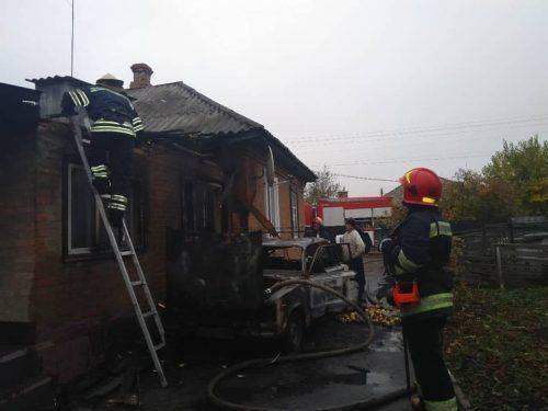 У Золотоноші через несправну проводку автомобіля ледь не згорів будинок (фото)