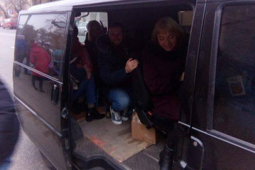 """Черкаські водії взялися допомагати тим, на кого """"наплювали"""" перевізники"""