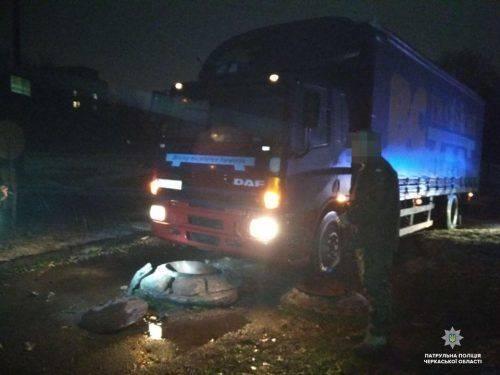 У Південно-Західному районі п'яний водій вантажівки в'їхав у бордюр