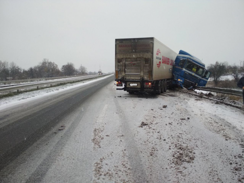На Черкащині вантажівка зіштовхнулась з відбійником