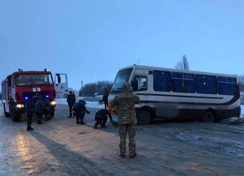 На Черкащині через слизьку дорогу автобус опинився на узбіччі (фото)