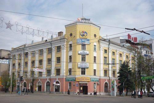 Черкащани прохають демонтувати рекламу з історичної будівлі у центрі міста