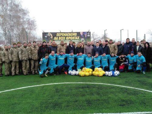 Футбольна команда золотоніської військової частини отримала у подарунок майданчик зі штучним покриттям