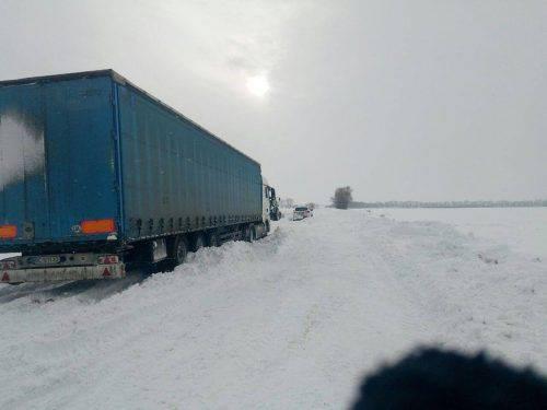 Поблизу Черкас вантажівки вже добу стоять у снігових заторах
