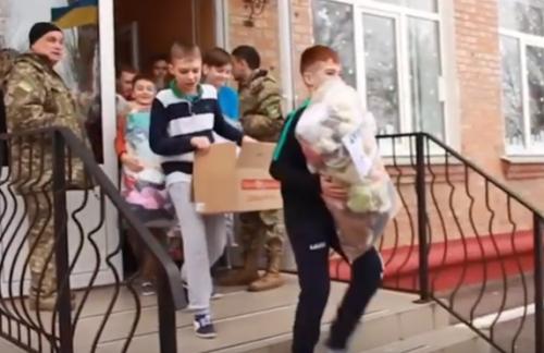Домашні солодощі та медикаменти: волонтери з Черкащини відвідали бійців на передовій (відео)
