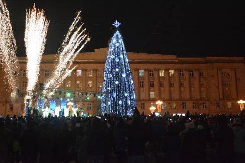 Зі співами, казковими героями і тракторами: як у Черкасах новорічну ялинку відкривали (фото)
