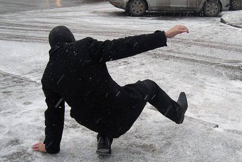 Мельник розповів, чому тротуари не прибирають від льоду