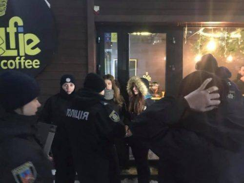 «Тільки мамі не дзвоніть»: черкаські патрульні показали, як спілкувалися із підлітками біля «Любави» (відео)