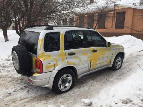 Порізали шини і замастили фарбою: невідомі пошкодили автівку черкащанина (фото)