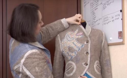 Черкаська майстриня відтворила на одязі картини відомої художниці (відео)