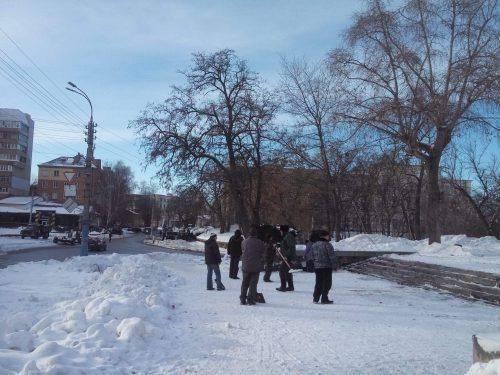 Президент їде до Черкас: у місті розчищають льодові тротуари і вивозять сніг (фото)